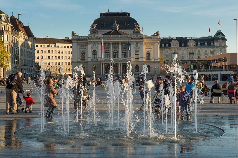 фонтан на площади в Цюрихе