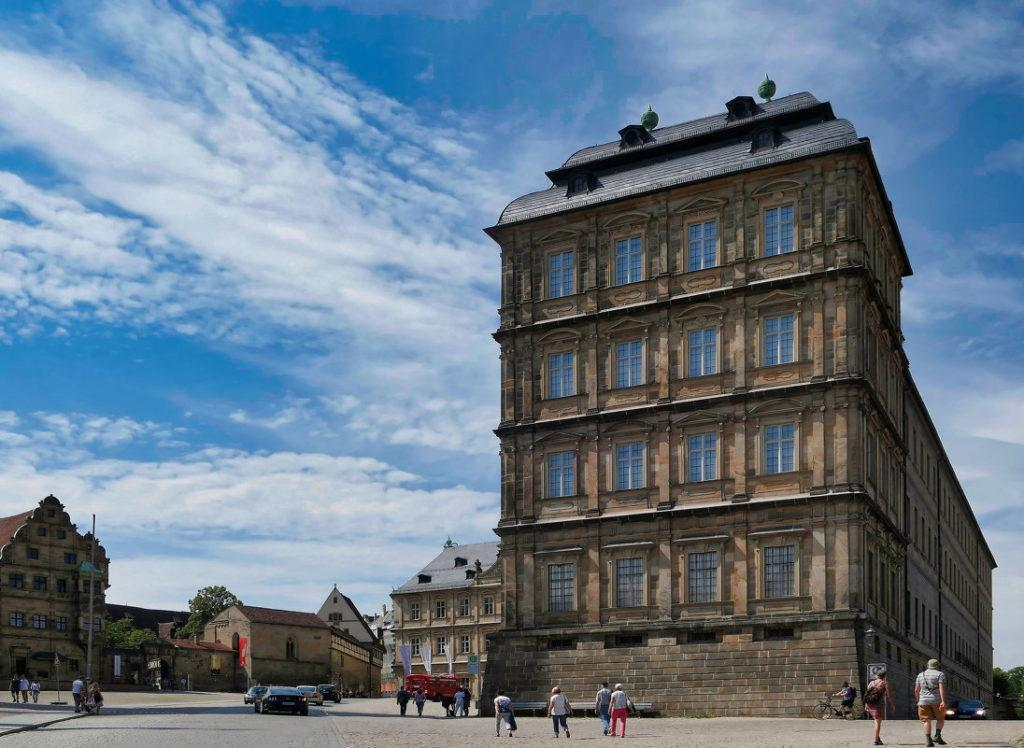 площадь епископского дворца